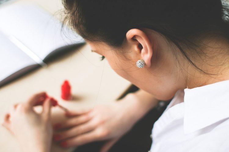 Cómo convertir un esmalte de uñas corriente en un esmalte de uñas híbrido